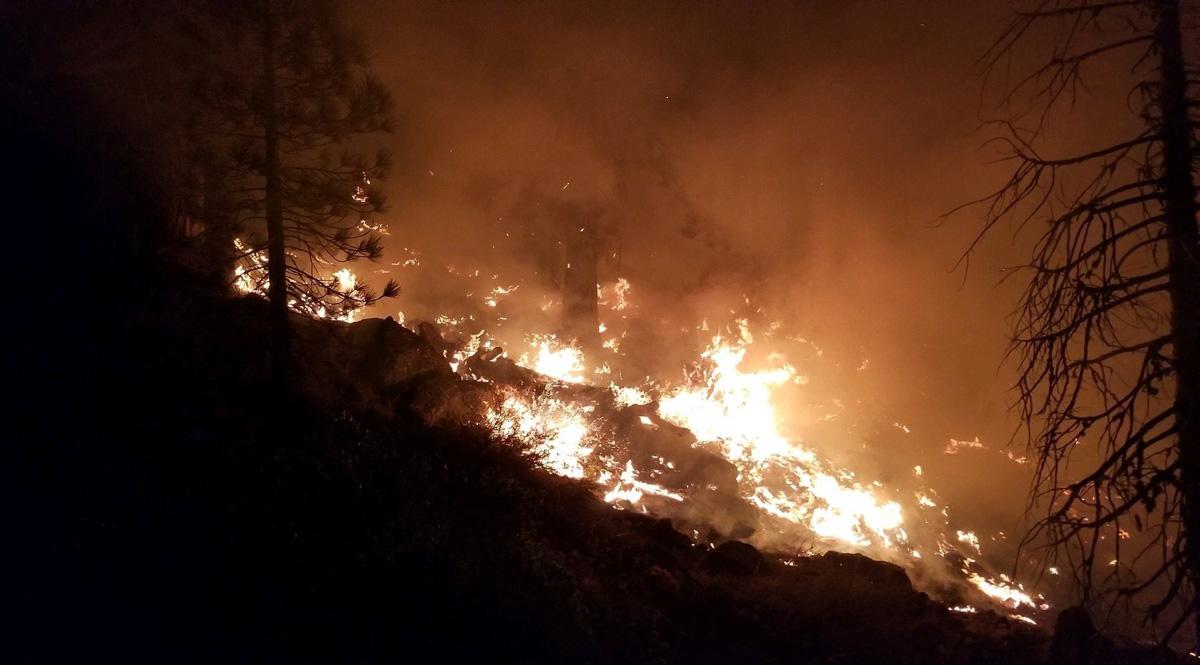 8월 중순, 캘리포니아 수잔빌 인근에서 산불이 타오르고 있다. 일련의 산불은 30,000에이커 이상의 수잔빌 준변 땅을 태웠다. 사진 제공 덕 매길, 미군 육군.