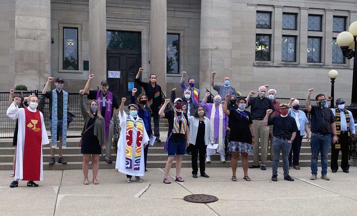 트럼프 대통령이 밀워키 인근에 있는 케노샤를 방문한 9월 1일, 위스콘신주 케노샤에 위치한 웨슬리 연합감리교회의 그레이스 카지우아트 목사(앞줄 왼쪽에서 세 번째)가 다른 종교 지도자들과 함께 시몬스 도서관 공원에서 인종 차별에 항의하는 시위를 벌이고 있다. 사진 제공, 크리스 해리그스태드.