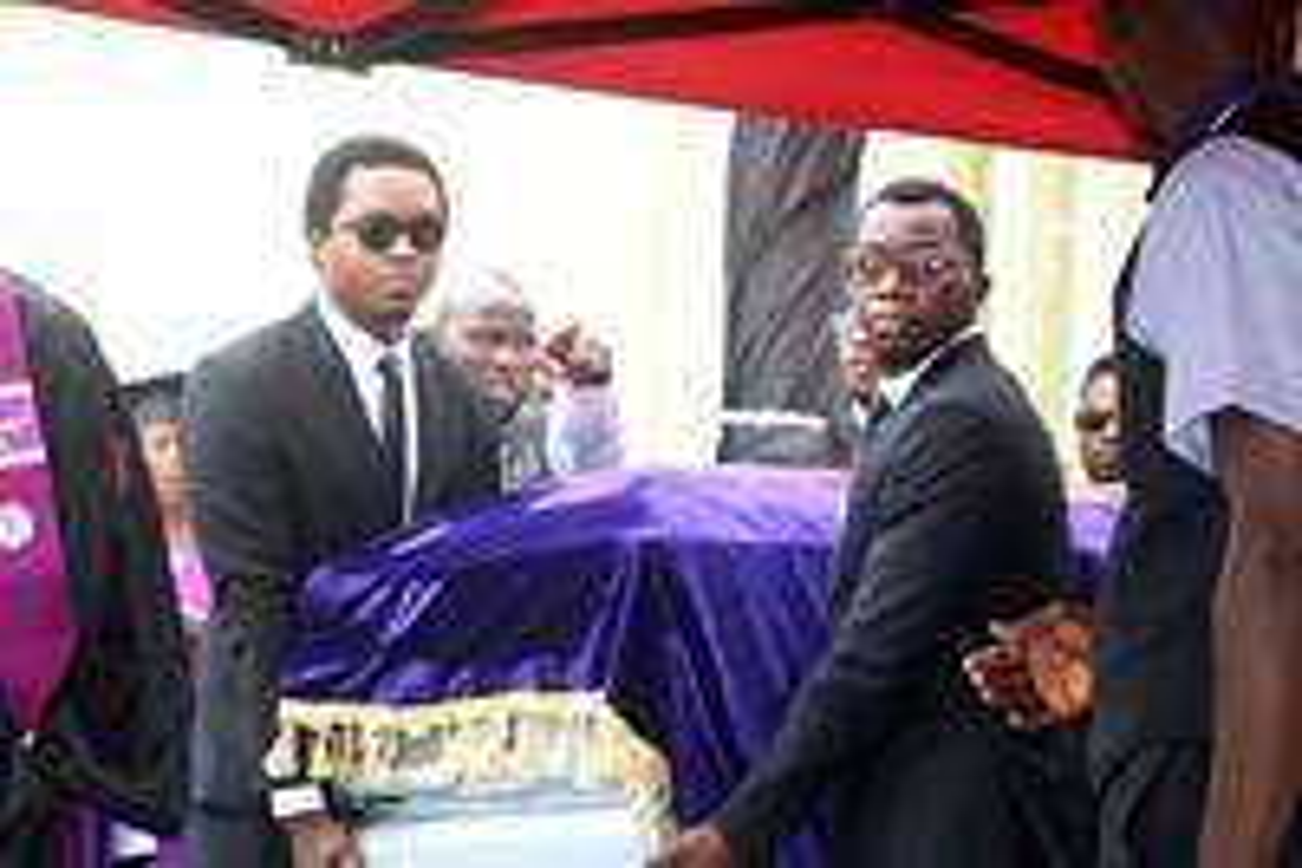 John Yambasu Jr. (izquierda) y otros dolientes llevan el ataúd con los restos del obispo de Sierra Leona, John K. Yambasu, quien fue sepultado el 6 de septiembre después de un servicio funeral en Freetown. El obispo murió en un accidente automovilístico el pasado 16 de agosto. Foto de Phileas Jusu, Noticias MU.