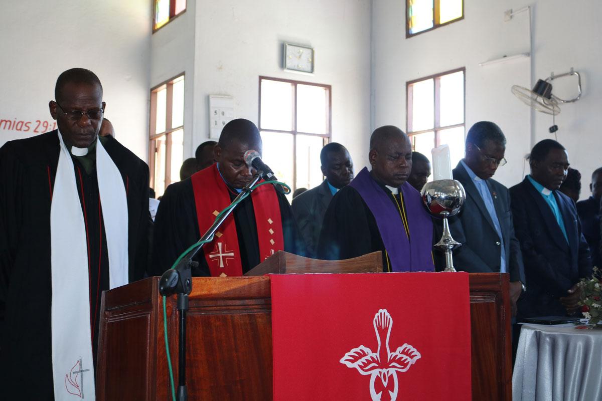 Rev. Boaventura Alfredo Mazive (o primeiro à esquerda), superintendente da Área de Maputo Cidade, na Liberdade, Província do Maputo. Mais de 15 igrejas reabriram em Maputo desde o fim do estado de emergência em Agosto, no entanto as medidas de segurança para protecção contra COVID-19 ainda devem ser observadas. Foto do arquivo, por João Sambo, UM News.