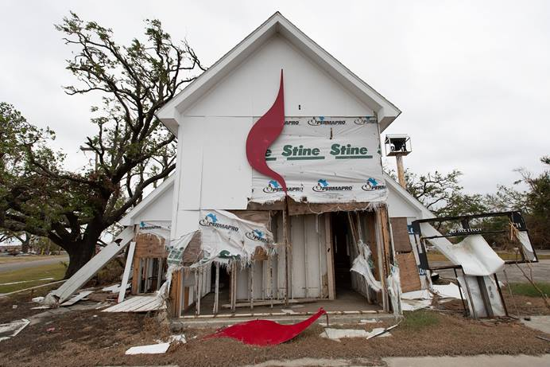 El simbolo metodista unido de la cruz y la flama se hizo pedazos después de que el huracán Laura arrasara la IMU de Wakefield en Cameron, Luisiana. Foto Mike DuBose, Noticias MU.
