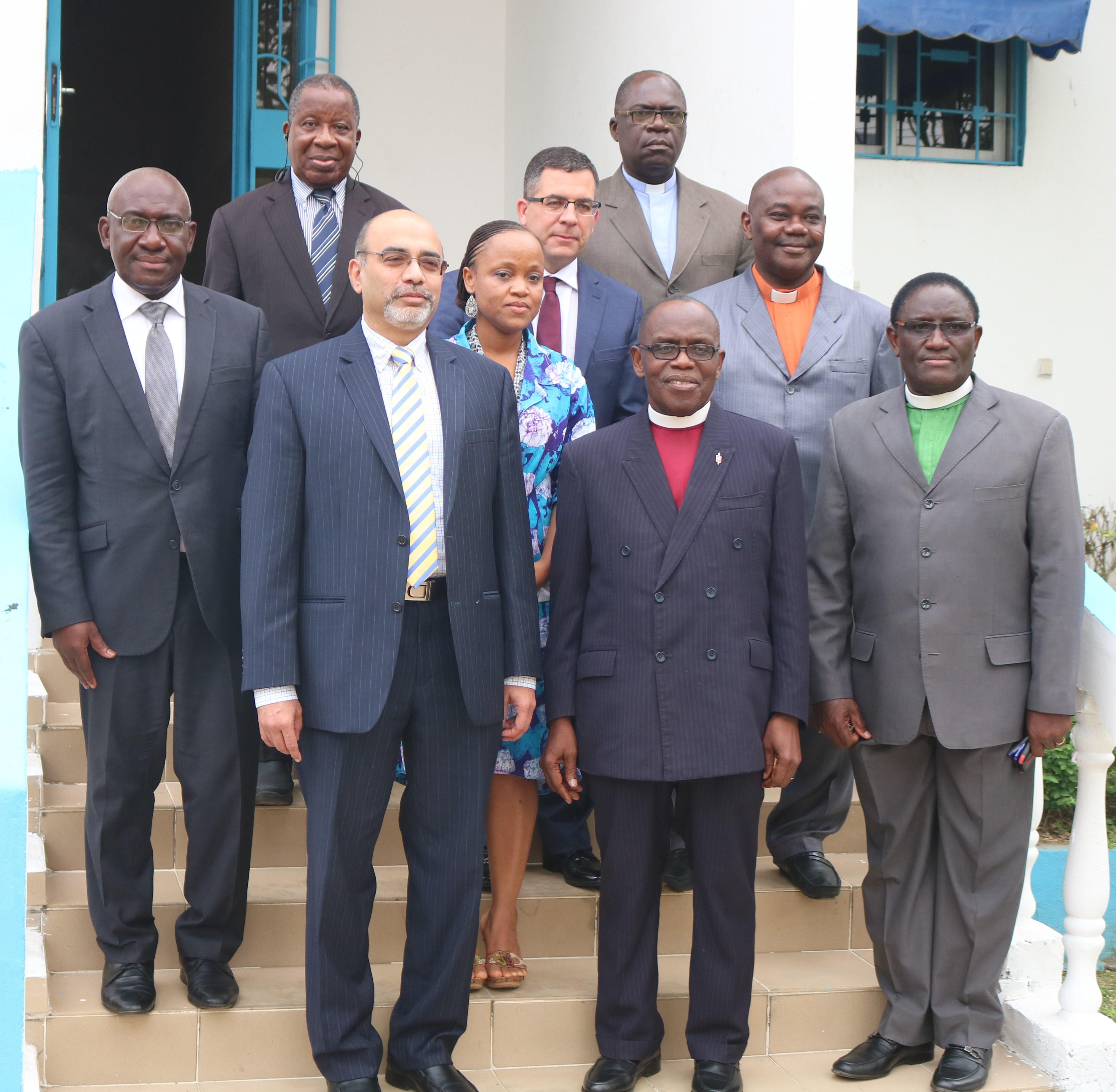 Roland Fernandes (primero en la primera fila) y Nyamah Dunbar (segundo en la segunda fila) de Ministerios Globales con el Obispo Boni (segundo en la primera fila) y otros/as líderes de la IMU participando en la redacción del Memorando de Entendimiento en Costa de Marfil. Foto: Manasse Sedji, Oficina de Comunicaciones de Costa de Marfil.