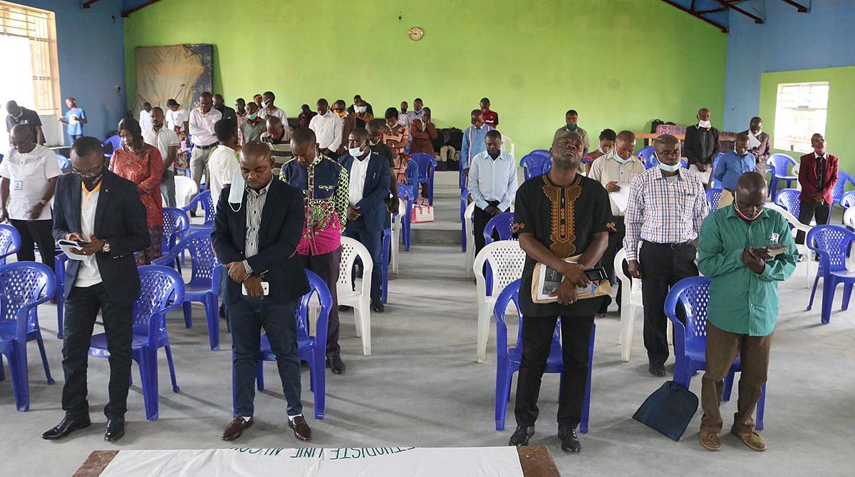 Membros da Conferência Anual de Kivu, reunidos em Goma, Congo, oram pelos 19 civis mortos em um massacre em Mamove. Entre os mortos estavam seis Metodistas Unidos que viajavam para uma reunião da igreja. Foto de Philippe Kituka Lolonga, Notícias MU.