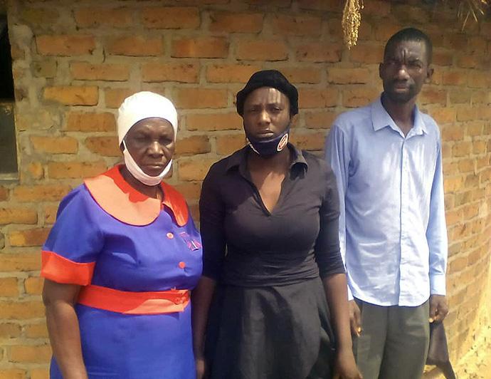 La abuela Alice Makore (de izquierda a derecha), líder laica de la Iglesia Metodista Unida de Nyamutumbu, y los padres Linda Munyori y Munyaradzi Makore lamentan la pérdida de Tapiwa Makore de 7 años, quien fue asesinado en un presunto asesinato ritual en la aldea de Makore Zimbabwe, el 17 de septiembre. Foto de Kudzai Chingwe, UM News.