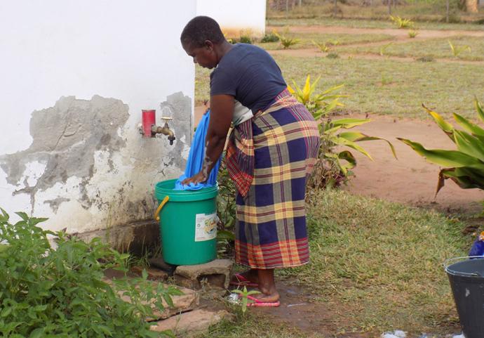 Maria Sefane, no uso de água providenciada pela missão de Chicuque no Inhambane, Moçambique. Foto de Antônio Wilson.
