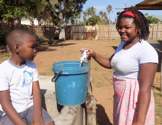 Lerena da Nilza Jose, beneficiaria daquele precioso liquido, tirando a agua para o consumo domestico no Chicuque, Mocambique. Foto de Antônio Wilson.