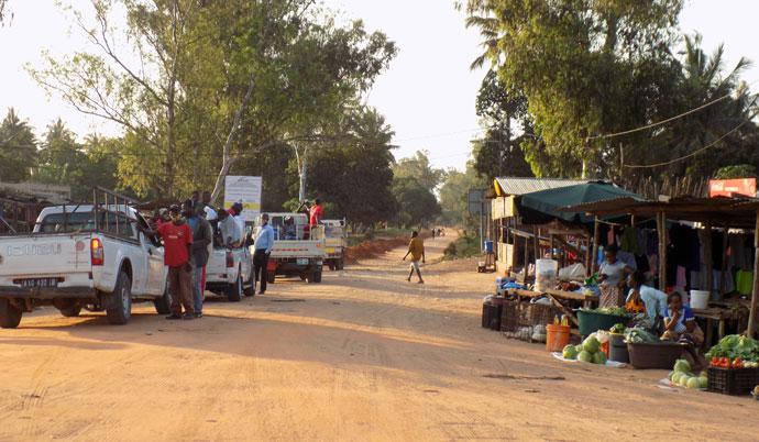 A estrada com 12 km a ser reabilitada que dará fácil acesso ao Centro Educacional de Cambine começa na EN1, junto ao mercadinho no Morrumbene, Moçambique. Foto de Antônio Wilson.