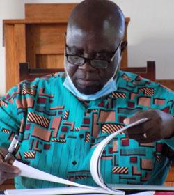 Administrador do distrito de Morrumbene, Morgen Moterizo Candeeiro, assinando o livro de protocolo nos momentos finais da sua visita o Centro Educacional de Cambine no Morrumbene, Moçambique. Foto de Antônio Wilson.