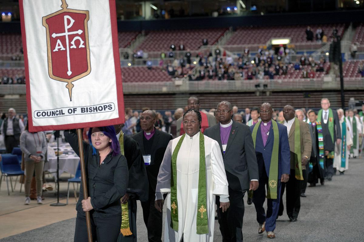 Los/as obispos/as ingresan a la adoración el 24 de febrero de 2019, en la Conferencia General especial de la Iglesia Metodista Unida (IMU), celebrada en San Luis. Los/as obispos/as y otros/as líderes de la iglesia están buscando opciones para evitar que los fondos de los/as obispos/as lleguen a números rojos. Foto de archivo de Paul Jeffrey para Noticias MU.