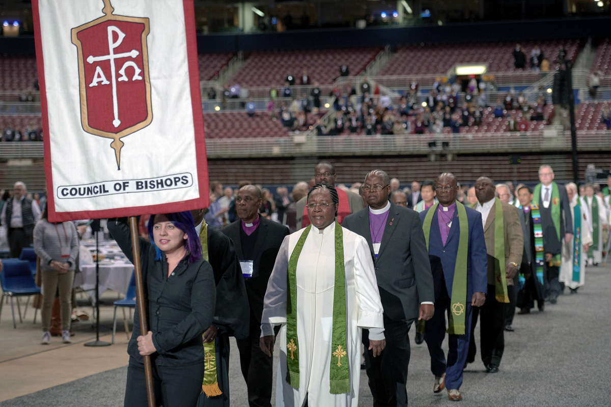 Os bispos caminham em adoração em 24 de fevereiro de 2019, na Conferência Geral especial da Igreja Metodista Unida, realizada em St. Louis. Os bispos e outros líderes da Igreja estão procurando opções para evitar que o financiamento dos bispos caia no vermelho. Foto de arquivo por Paul Jeffrey para Notícias MU.