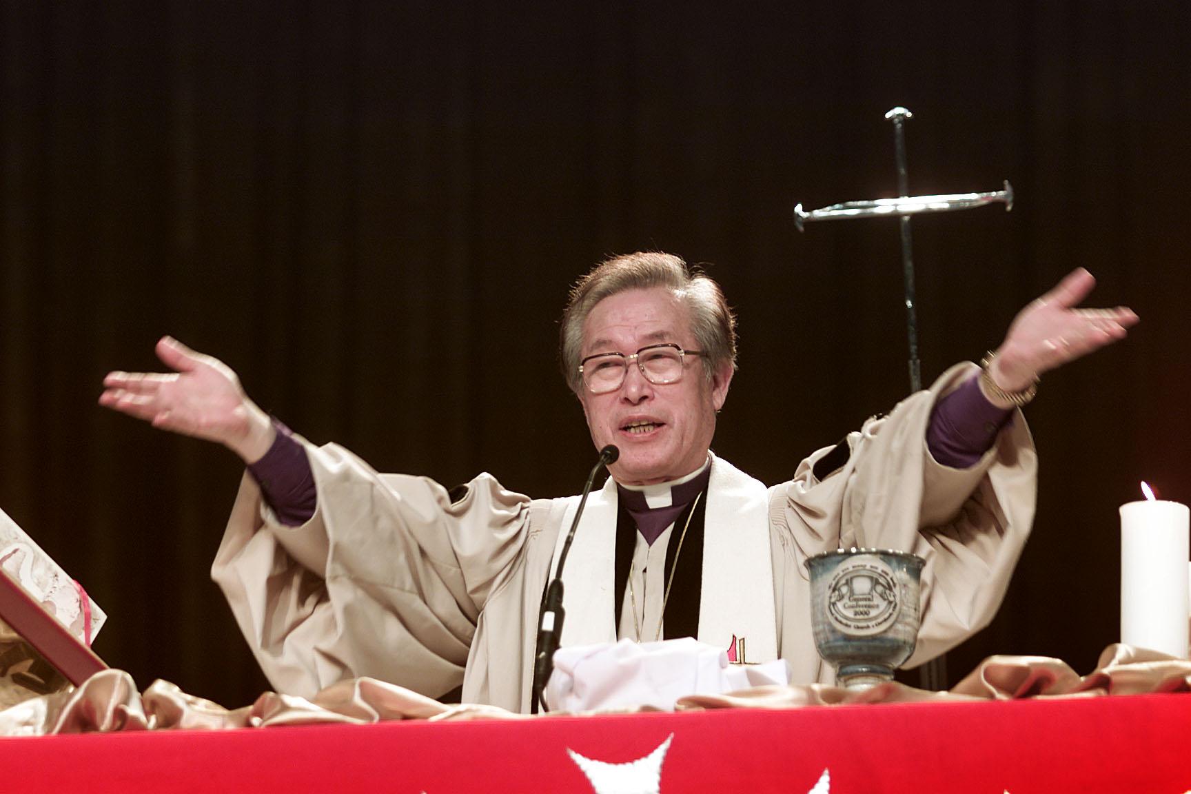김해종 전 감독이 2000년 5월 12일, 클리브랜드 컨벤션 센터에서 열린 연합감리교회 총회 개회예배 중 성만찬을 집례하고 있다. 사진, 마이크 듀보스, 연합감리교뉴스.