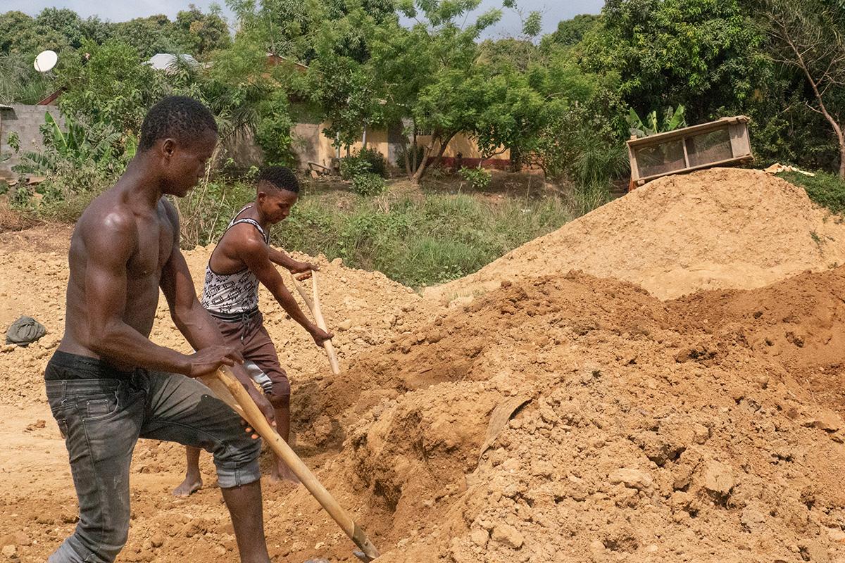 Abdul Conteh (à gauche) et Foday Kamara travaillent pour un mineur de diamants artisanal à Kono, en Sierra Leone. Déplacer de gros tas de terre d'un endroit à l'autre est un travail pénible qui rapporte 2 dollars par jour. Les mineurs artisanaux sont indépendants et ne sont pas associés aux grandes sociétés minières de la région. Photo de Kathy L. Gilbert, UM News.