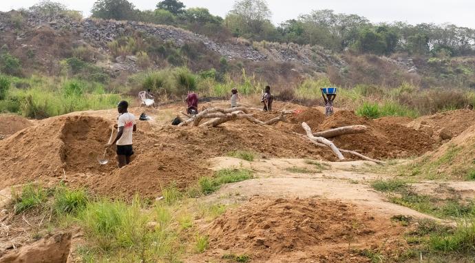 Des gens travaillent dans une mine de diamant artisanale autour d'une zone de drainage d'une rivière à Kono. Photo de Kathy L. Gilbert, UM News.