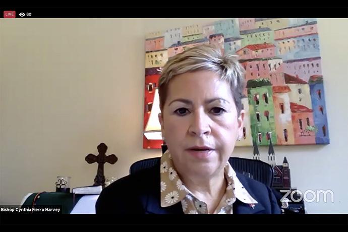 La Obispa Cynthia Fierro Harvey, preside una reunión en línea del Concilio de Obispos/as. En medio de la presión financiera y una posible división denominacional, el concilio pidió posponer las elecciones de nuevos/as obispos/as estadounidenses e instó a que se incorporen cinco nuevos obispos/as en África, solo cuando  los recursos financieros lo permitan. Foto captura de pantalla de Zoom, Noticias MU.
