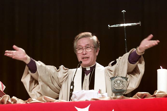 Bishop Hae-Jong Kim blesses the elements of Holy Communion during opening worship at the 2000 United Methodist General Conference in Cleveland. Kim died Nov. 3 at age 85. File photo by Mike DuBose, UM News.