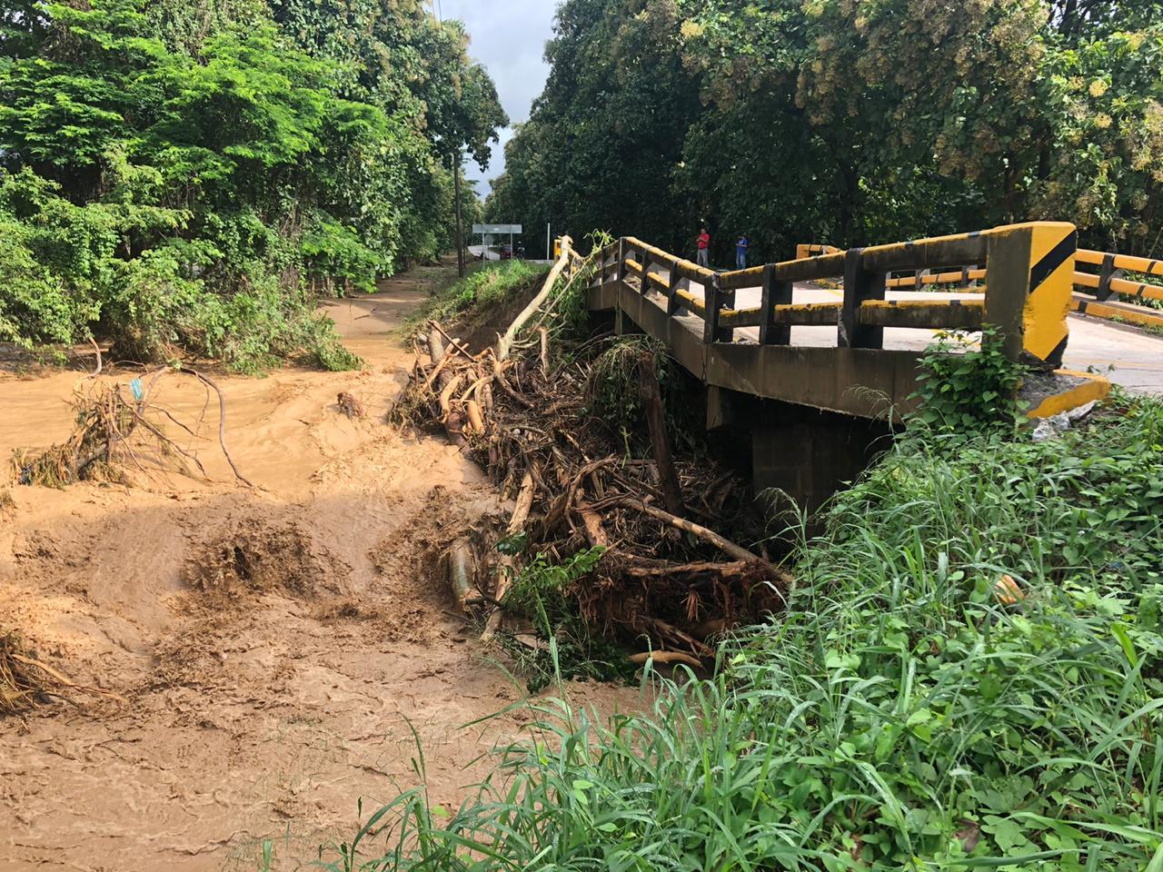 De acuerdo a las autoridades gubernamentales, el huracán Eta afectó severamente la infraestructura vial de Honduras dejando 21 puentes destruidos, como este en Río Lindo, y más de 100 carreteras dañadas. Foto cortesía de la Misión Metodista Unida de Honduras.