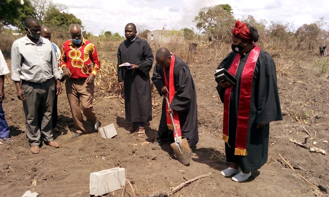 O assistente episcopal Rev Jacob Jenhuro com a pá na mão, com os pastores Pascoal Muriane e Reva Telma Eduardo superintendente de Sofala, no Dondo, Moçambique. Foto de Eurico Gustavo.