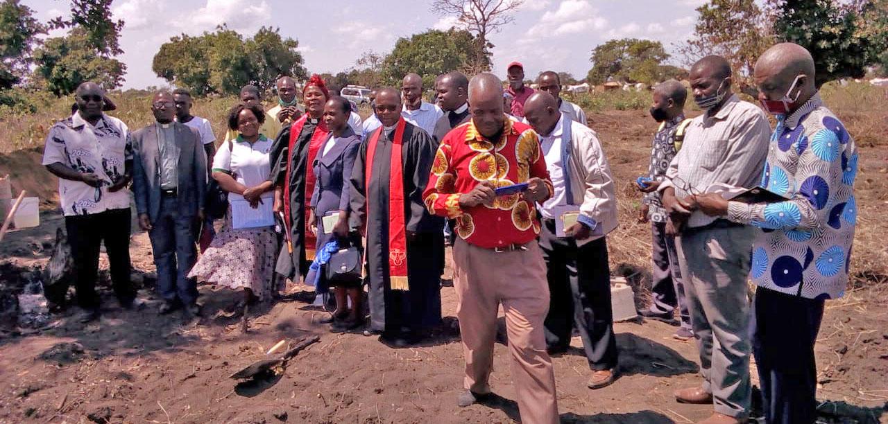 Foto família dos membros do distrito de Sofala que participaram na cerimónia de lançamento de pedra no Dondo, Moçambique. Foto de Eurico Gustavo.