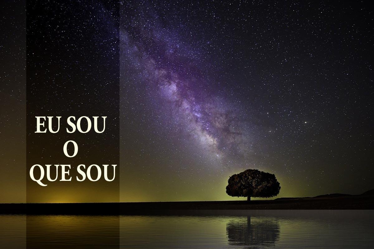 """""""Eu sou quem eu sou"""" (Êxodo 3: 13-15) é a resposta de Deus à pergunta de Moisés, """"… e se eles me perguntarem: 'Qual é o seu nome?' Então o que devo dizer a eles?"""". Imagem da Via Láctea de Pete Linn, cortesia da Pixabay; gráfico por Laurens Glass. Versão em português Rev. Gustavo Vasquez, Notícias MU."""
