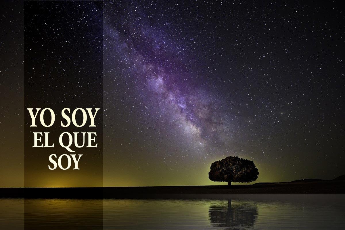 """""""Yo soy quien soy"""" (Éxodo 3: 13-15) es la respuesta de Dios a la pregunta de Moisés, """"... y si me preguntan, '¿Cómo se llama?' Entonces, ¿qué les diré?"""". Imagen de la Vía Láctea de Pete Linn, cortesía de Pixabay; gráfico de Laurens Glass; versión en español Rev. Gustavo Vasquez, UMCOM."""