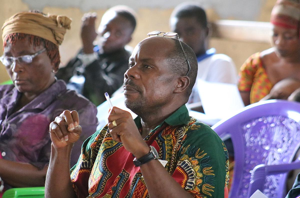 Le Révérend H. Jumane Weekie Sr., pasteur de l'Eglise Luthérienne St. Mark de Gbarnga, au Liberia, assiste à la formation de l'Église Méthodiste Unie sur la toxicomanie et ses effets sur la communauté. Photo de E Julu Swen, UM News.