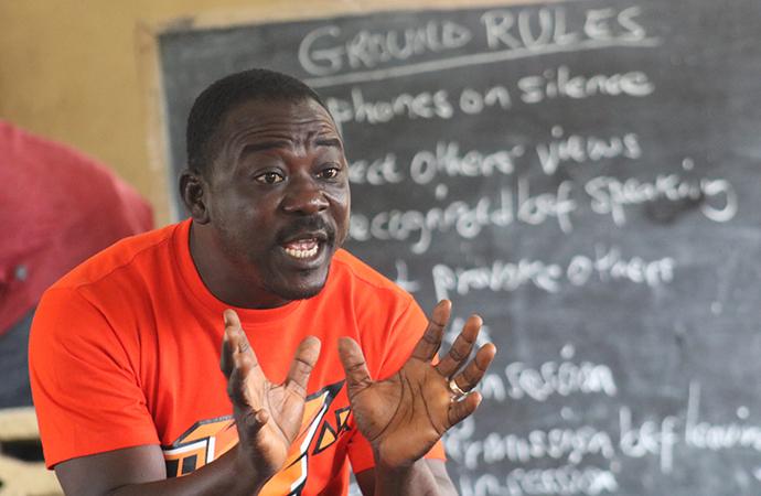 Habakkuk Garpehn, un représentant du ministère de la santé, donne une conférence aux pasteurs Méthodistes Unis sur les effets de l'abus de drogues et d'alcool lors d'une formation le 26 septembre 2020 à Gbatala, au Libéria. L'Église Méthodiste Unie a organisé cette formation dans le cadre de sa nouvelle campagne anti-drogue, qui prévoit que les pasteurs prêchent quelques minutes chaque semaine sur l'abus de drogues. Photo de E Julu Swen, UM News.