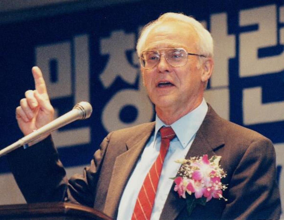 조오지 오글 목사가 2002년 10월 4일 민주화운동기념사업회 초청으로 방한해 민주화운동과 관련된 연설을 하는 모습. 사진 발췌, 경향신문.