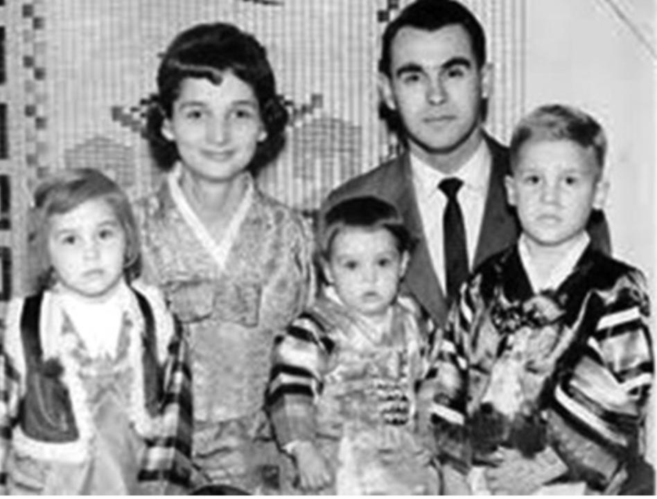 조오지 오글(뒷줄 오른쪽) 목사는 부인 도로시 오글(뒷줄 왼쪽)과 함께 1954년 한국에 파견되어 1남 2녀를 두고 1974년 강제추방 당할 때까지 20년 동안 산업선교와 민주화 지원 활동을 펼쳤다. 사진 발췌, 민주화운동기념사업회.
