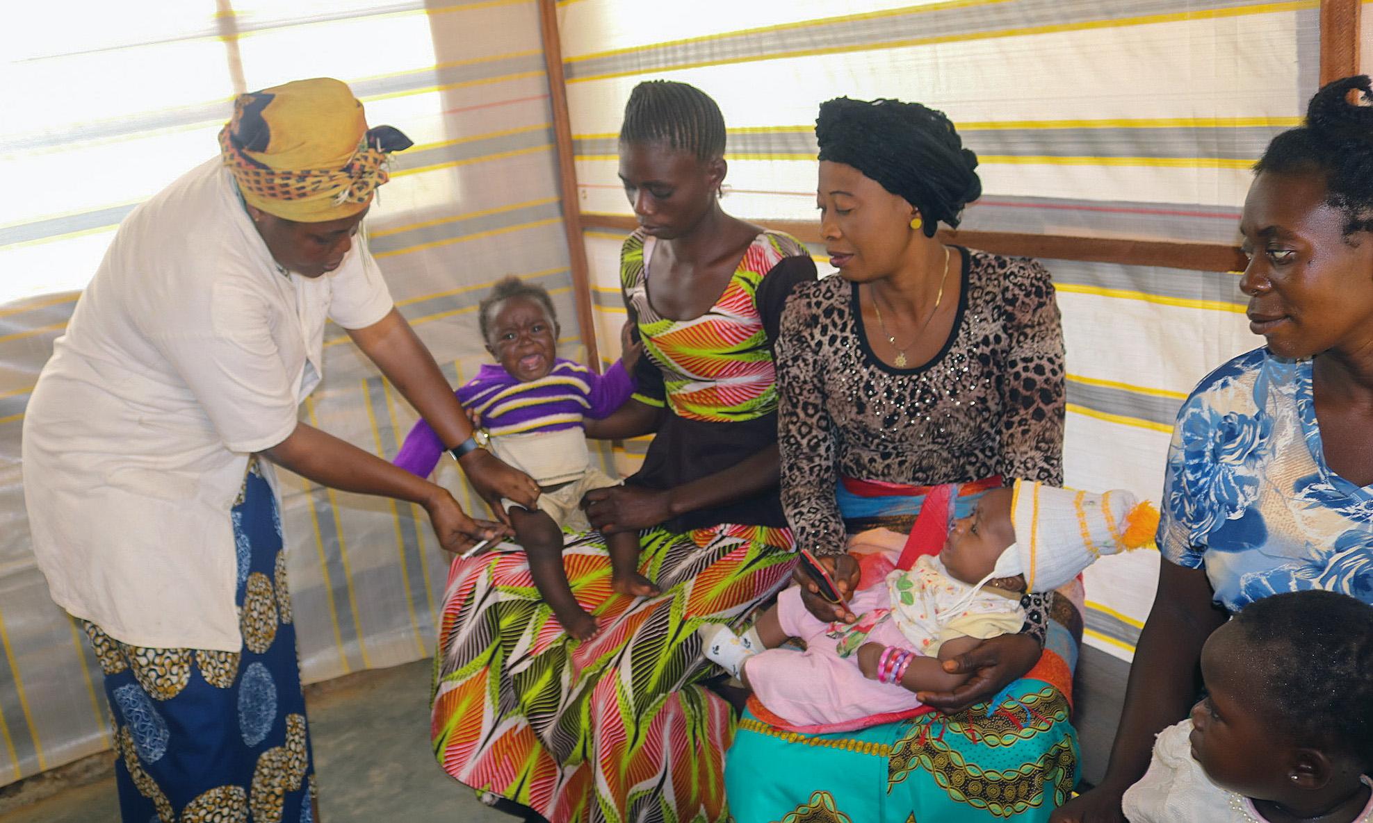 Régine Owanga Kambolo, directrice de la maternité de l'Hôpital Méthodiste Uni de Lokolé, vaccine des enfants lors d'une session de vaccination de routine à Kindu, en RDC. L'Église Méthodiste Unie dispose d'installations médicales dans des régions éloignées et travaille avec le gouvernement pour vacciner les enfants. Photo de Chadrack Tambwe Londe, UM News.