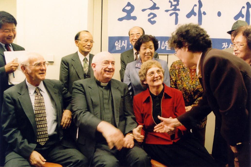 2002년 민주화운동기념사업회의 해외민주인사 초청 행사 당시 인혁당 사건 유가족들과 만난 조지 오글 목사(왼쪽부터). 오른쪽에 제임스 시노트 신부와 도로시 오글 여사가 함께했다. 사진 제공 민주화운동기념사업회.