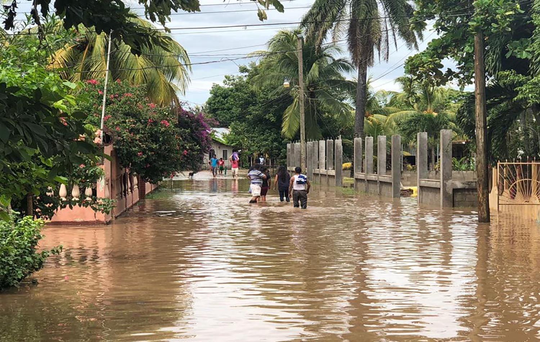 Gran parte del territorio que comprende el Valle de Sula, la zona más productiva del país, se mantiene bajo las aguas después de las inundaciones que han traído los huracanes Eta e Iota. De acuerdo con el Foro Social de la Deuda Externa y Desarrollo de Honduras (Fosdeh) las pérdidas sobrepasan los $10 mil millones de dólares. Foto cortesía de la IMU Casa de Paz.