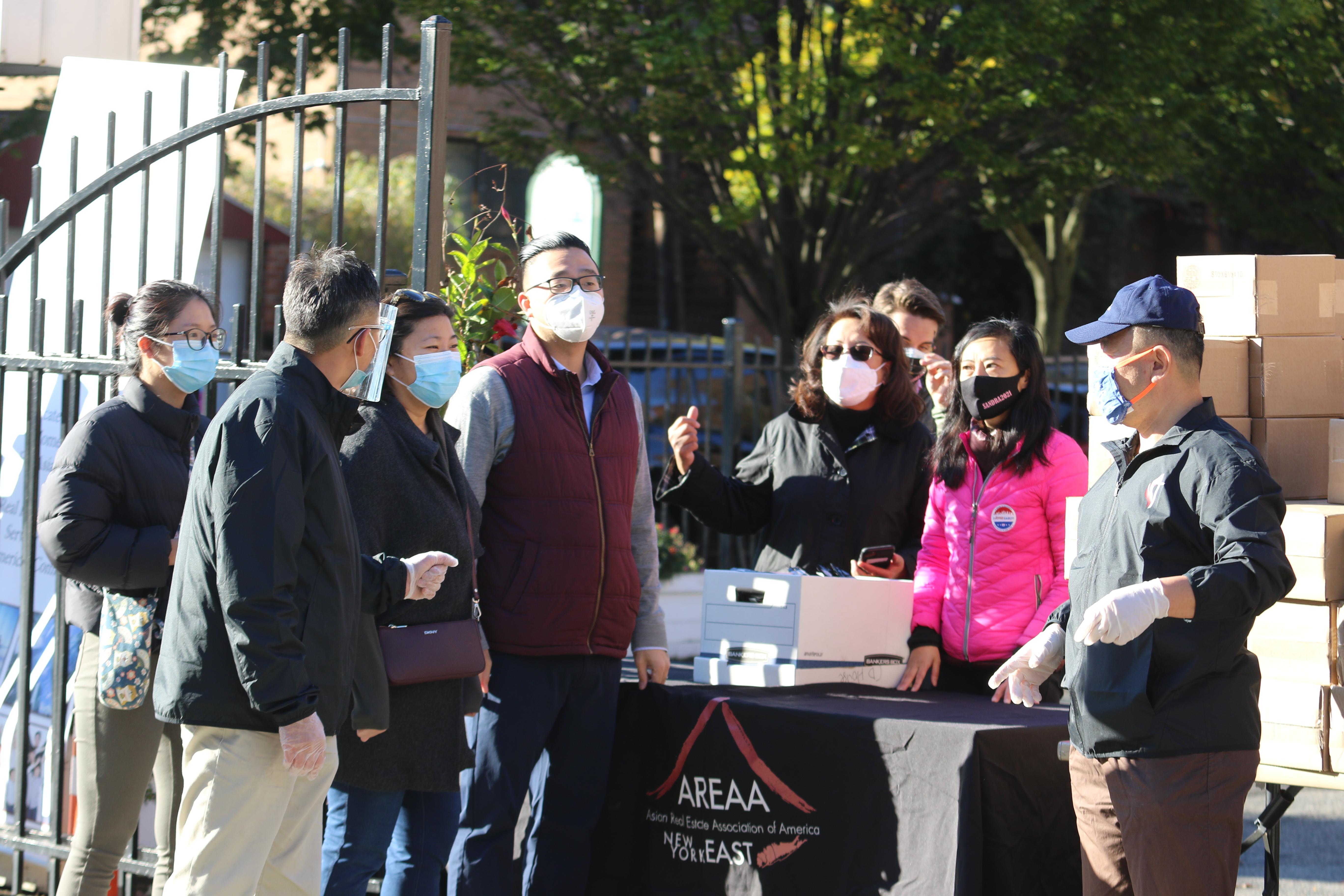 그레이스멩 뉴욕 퀸즈 지역 연방 하원의원이 AREAA(Asian Real Estate Association of America) 회원들과 함께 마스크를 나눠주기 위해 준비하고 있다. 사진, 김응선 목사, 연합감리교뉴스.