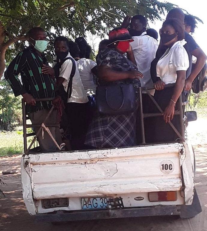 Situação na qual os estudantes e docentes do Centro Educacional de Cambine são transportados. Na imagem, vê-se estudantes que vão empoleirados à escola no Morrumbene, Mocambique. Foto de Feliciano Cumbe.