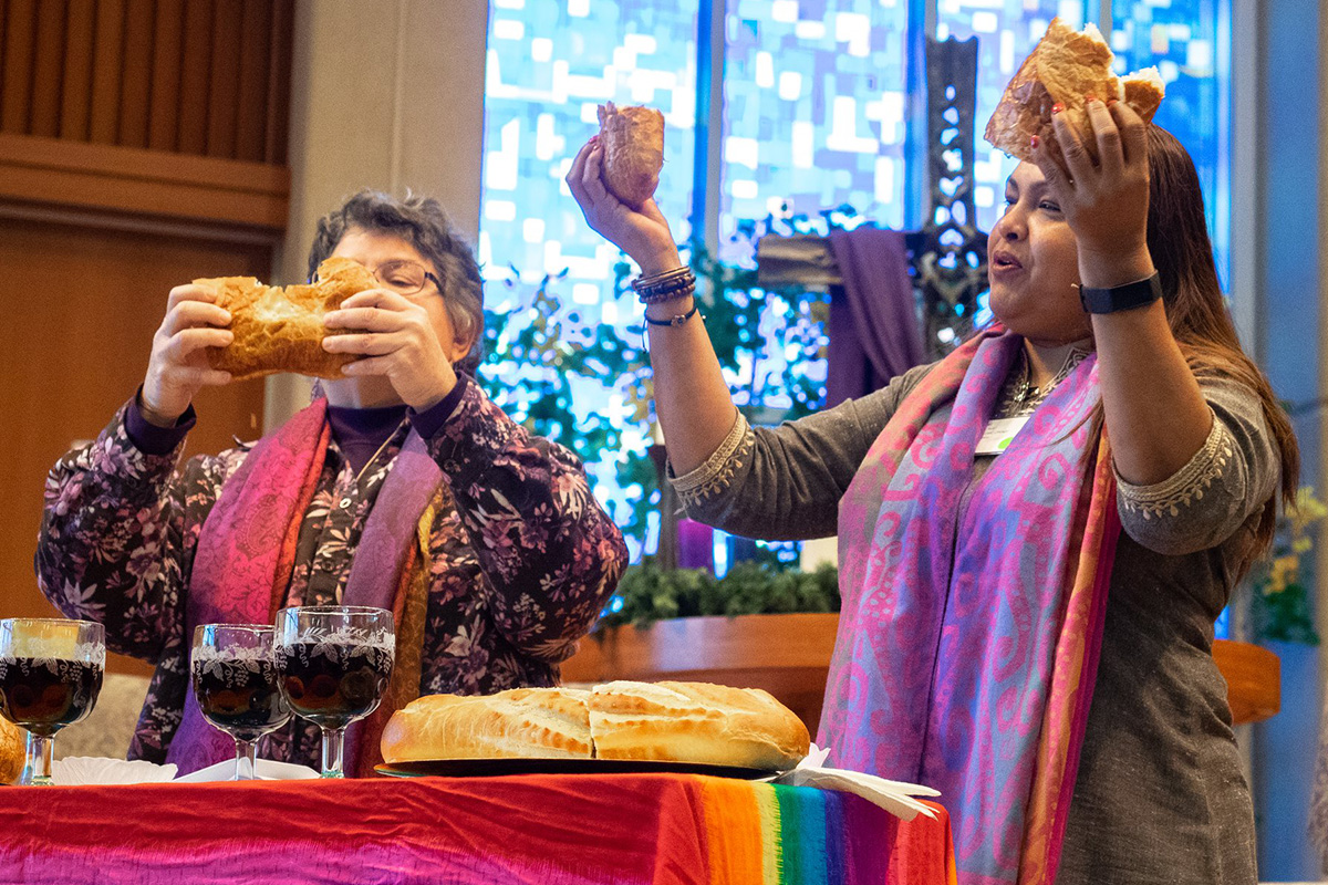 As Revdas. Martha E. Vink (à esquerda) e Alka Lyall lideram um culto da Sagrada Comunhão durante um encontro do Advento em dezembro de 2019 na Igreja Metodista Unida de St. Andrew em Highlands Ranch, Colorado. As duas estão entre os colaboradores que organizam o Liberation Methodist Connexion, uma nova denominação que realizou um evento de lançamento online em 29 de novembro. Foto cortesia da LMX.