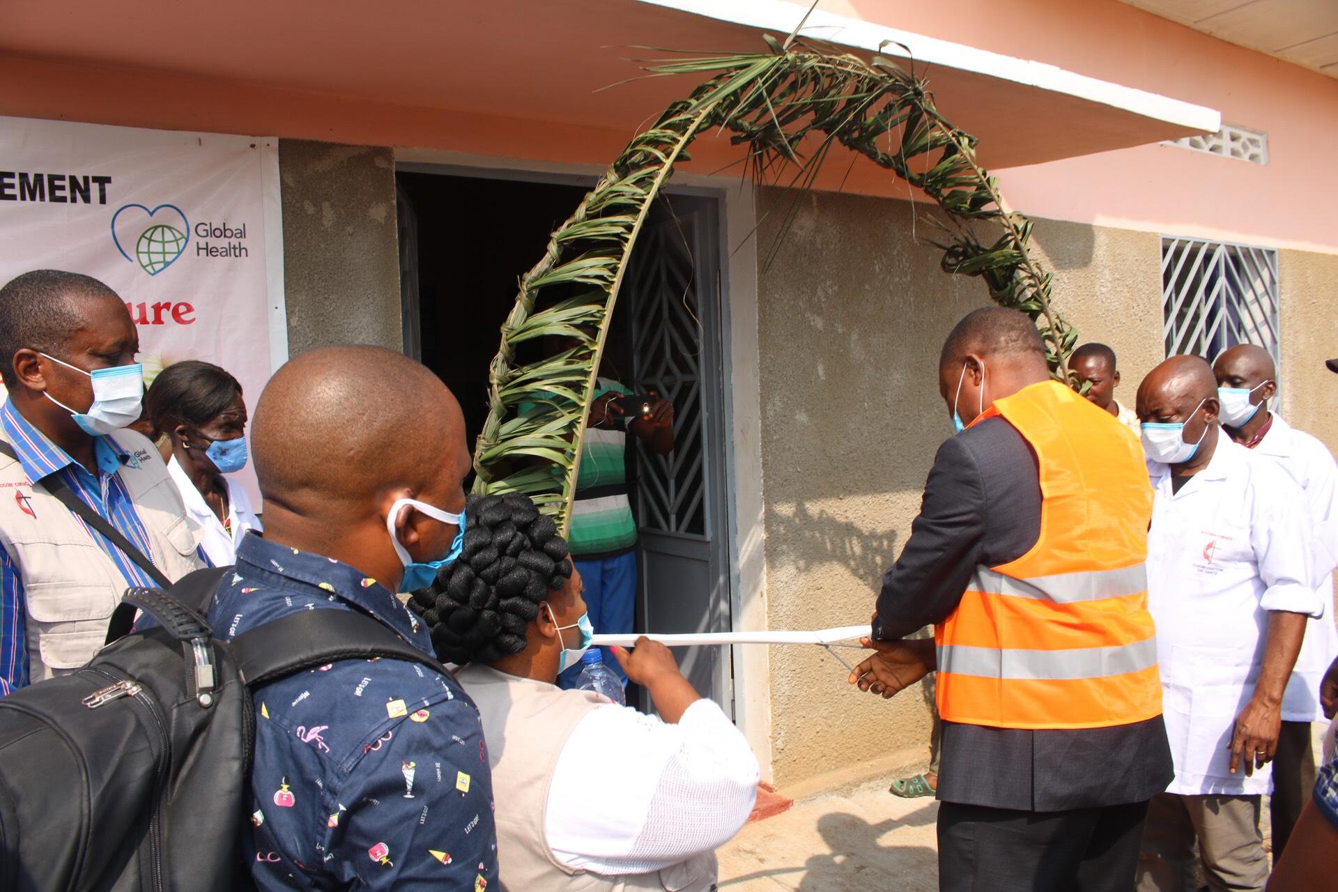 L'Evêque Méthodiste Unie Daniel Lunge lors de la coupure du ruban symbolique marquant l'inauguration de la maternité de Dingele. Global Health a financé la construction et l'équipement de cette maternité pour permettre à plus de 18 000 femmes d'accoucher dans des conditions acceptables. Photo de François Omanyondo.