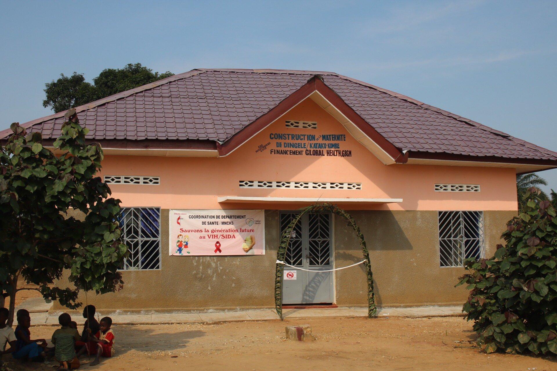 Vue extérieure de la maternité de Dingele dans le district de Katako-Kombe au Congo. Global Health a financé la construction et l'équipement de cette maternité pour permettre à plus de 18 000 femmes d'accoucher dans des conditions acceptables. Photo de François Omanyondo.
