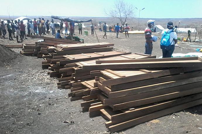O Comité Metodista Unido de Emergência está a fornecer material para construção de abrigos temporários para milhares de pessoas que fugiram dos ataques de insurgentes islâmicos na província de Cabo Delgado, no norte de Moçambique. Foto de Eurico Gustavo, Noticias, UM.