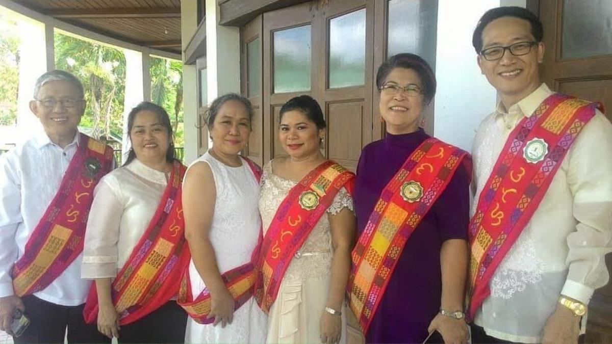 필리핀 유니온 신학교 졸업식 후, 더운 날씨에 맞춰 졸업식 가운이 아닌 사블라이 (Sablay)를 착용한 교수들과 최재형(맨 오른쪽 끝) 목사가 채플에 모였다. 사진 제공, 최재형 목사.