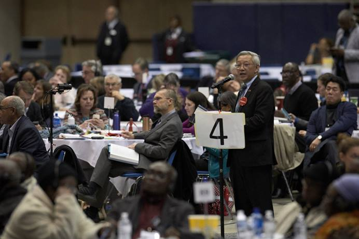 Le Révérend Kah-Jin Jeffrey Kuan, délégué de la Conférence de Californie-Nevada à la Conférence Générale, s'exprime lors de la dernière journée de la Conférence Générale Spéciale de 2019 à St. Louis. La Commission sur la Conférence Générale s'est réunie en ligne en décembre pour discuter de la planification de la Conférence Générale reportée par la COVID-19. Photo d'archives de Paul Jeffrey, UM News.