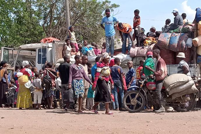 Pessoas deslocadas, incluindo Metodistas Unidos, das aldeias de Mutwangwa e Eringeti chegam a Beni, Congo, após fugirem de um ataque de grupos insurgentes. Vinte e cinco civis, incluindo sete Metodistas Unidos, foram mortos no massacre de 31 de dezembro. Foto de Philippe Kituka Lolonga, Notícias MU.
