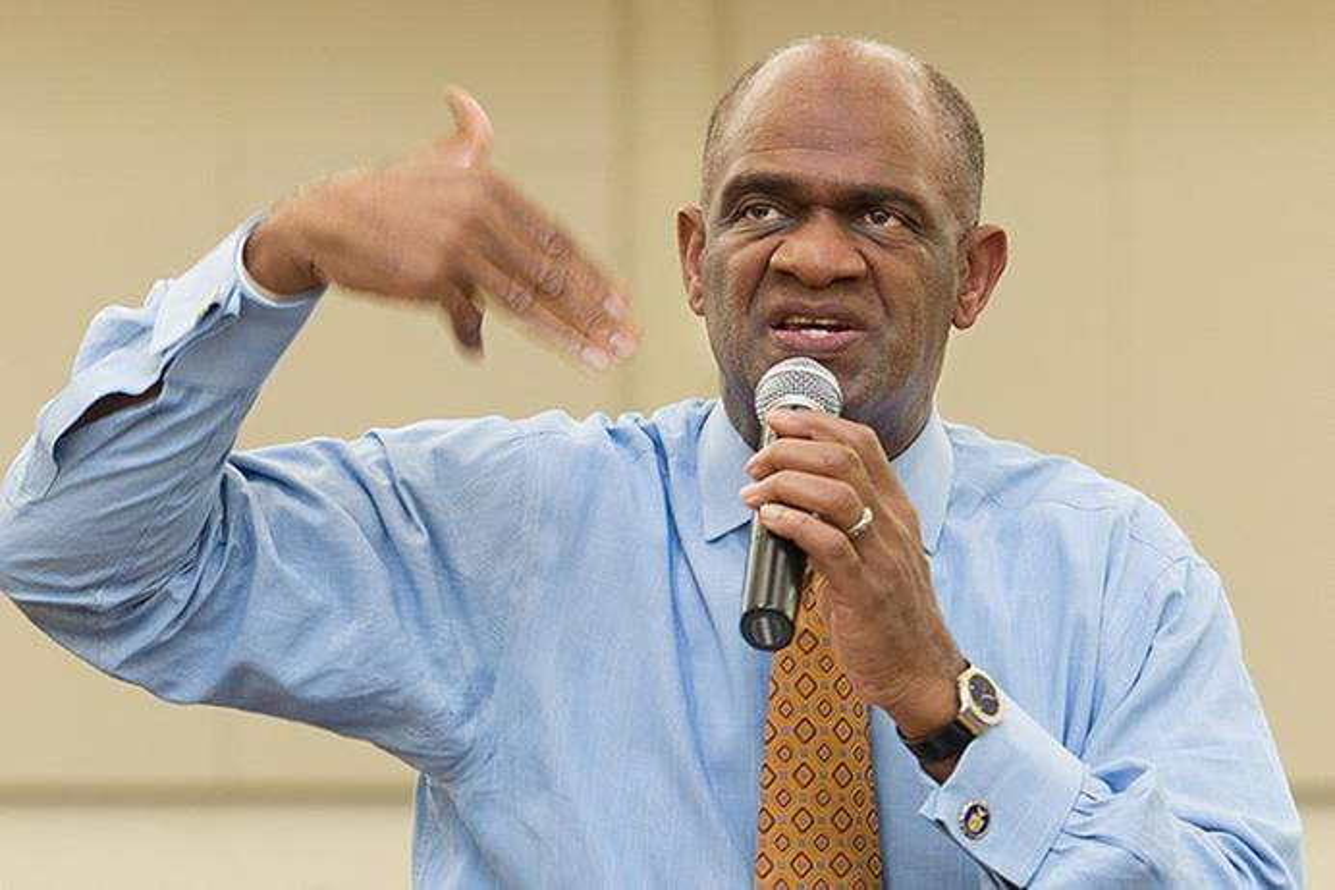 Kirbyjon Caldwell dirigiendo un estudio bíblico en La Iglesia Metodista Unida de Windsor Village en Houston en 2011. Caldwell fue sentenciado el 13 de enero de 2021 a 6 años de prisión por conspiración para cometer fraude electrónico, en un plan de inversión de US$ 3.5 millones. Caldwell, quien ha restituido más de $ 4 millones a las víctimas del plan, se disculpó por su conducta durante la audiencia de sentencia en la corte federal en Shreveport, Luisiana. Foto de archivo de Mike DuBose, Noticias MU.