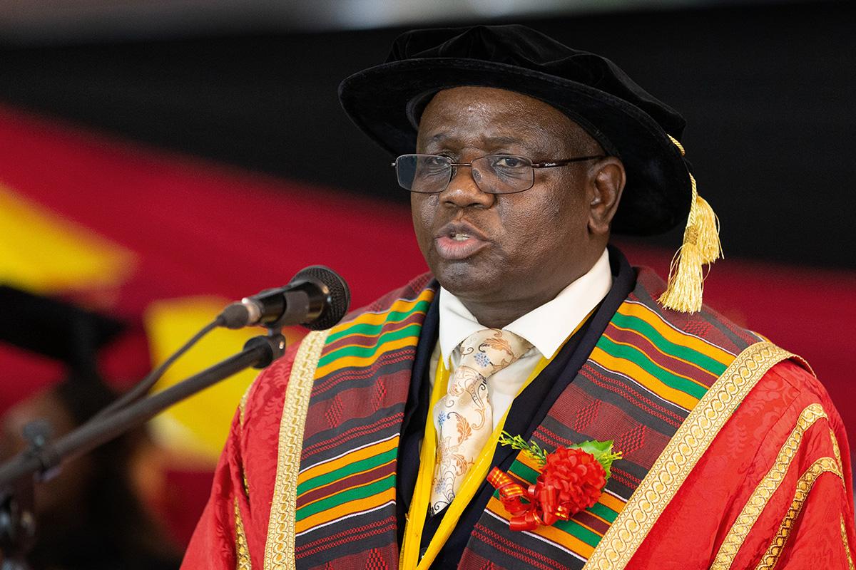 Munashe Furusa s'exprime lors de la célébration du 25e anniversaire de Africa University à Mutare, au Zimbabwe, en 2017. Furusa, vice-chancelier de cette université, est décédé le 13 janvier 2021. Il avait 59 ans. Photo d'Archives de Mike DuBose, UM News.