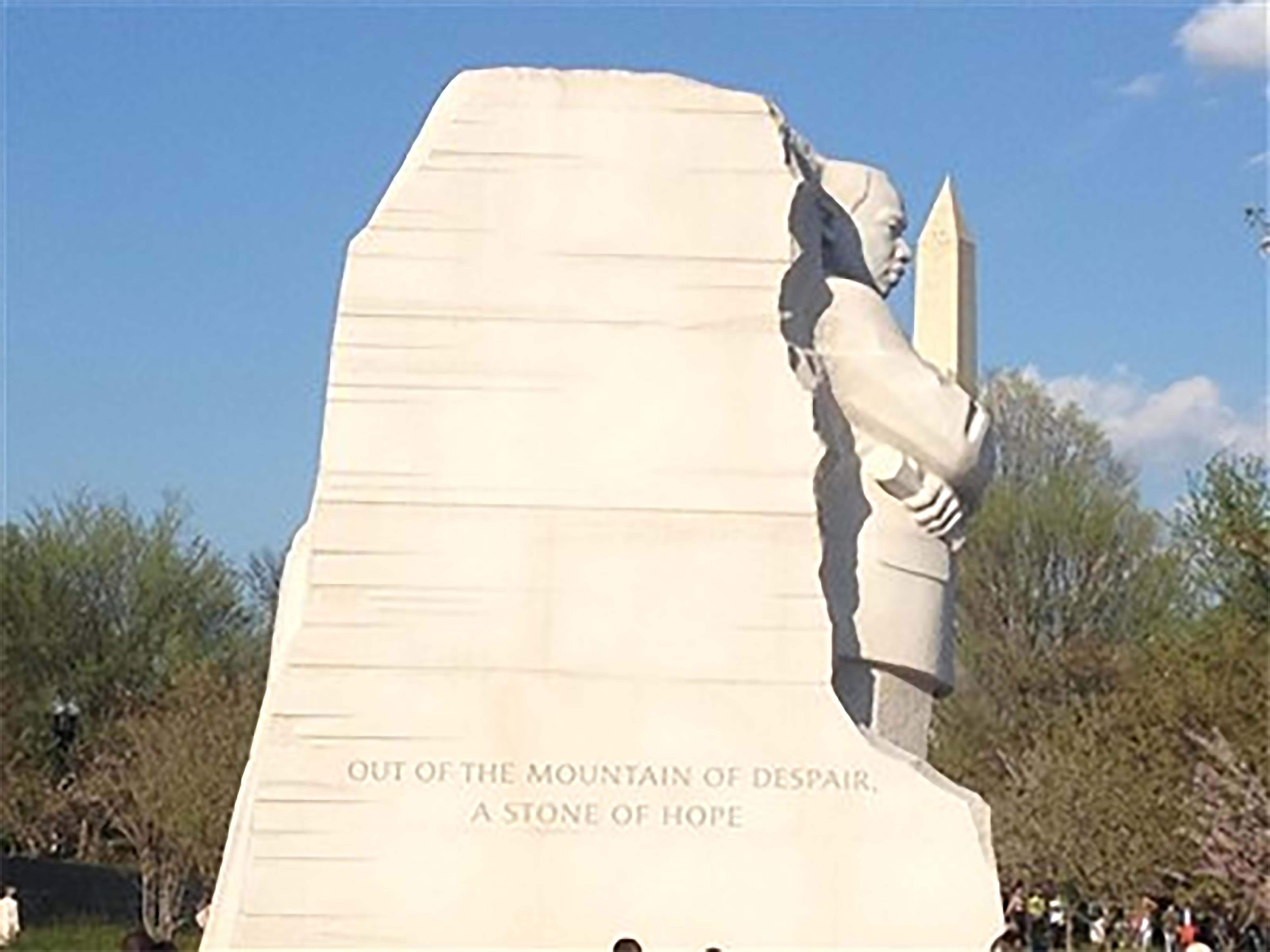 Imagen en la que el Monumento a Martin Luther King Jr., pareciera abrazar el obelisco en la capital estadounidense de Washington D.C. Foto de Maidstone Mulenga, Concilio de Obispos/as.