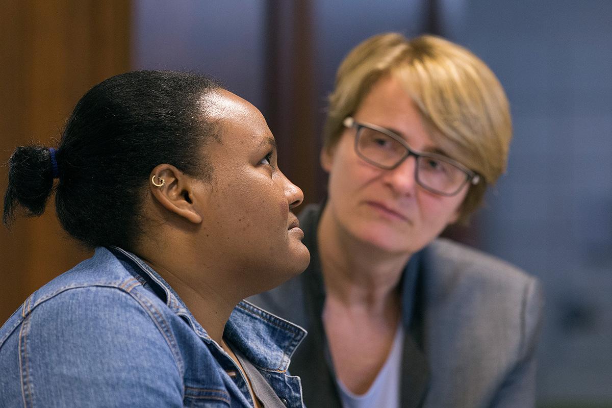 La Révérende Susanne Nießner-Brose (à droite) écoute attentivement une Soudanaise de 27 ans qui a demandé à être appelée Fatima raconter son histoire de fuite du Soudan pour chercher la liberté religieuse en Europe. Elle a demandé l'asile en 2017 à l'Église Méthodiste Unie du Rédempteur à Brême, en Allemagne, où Nießner-Brose est pasteure, et a ensuite été acceptée comme réfugiée. Photo d'archives de Mike DuBose, UM News.