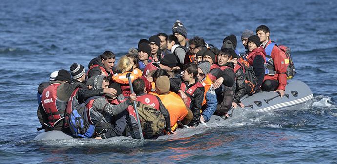 Des réfugiés s'approchent d'une plage près de Molyvos, sur l'île grecque de Lesbos, le 2 novembre 2015, après avoir traversé la mer Égée depuis la Turquie. Des volontaires locaux et internationaux ont accueilli les réfugiés à leur arrivée avec de la nourriture, des soins médicaux et des vêtements secs avant que les nouveaux arrivants ne poursuivent leur route vers l'Europe occidentale. Leur bateau vers la Grèce a été fourni par des trafiquants turcs auxquels les réfugiés ont payé des sommes énormes pour arriver en Grèce. Certains demandeurs d'asile en Europe tentent encore de venir par la mer, malgré les dangers. Dossier photo de Paul Jeffrey/Vie sur Terre.