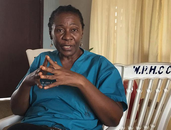 Le Dr Chris Hena, fondatrice de Healthy Women, Healthy Liberia, est la directrice du centre de soins de santé primaires Waterfield de Kakata, au Libéria. Photo de E Julu Swen, UM News.