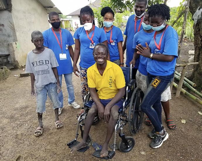Victor Barlay est tout sourire après avoir reçu un nouveau fauteuil roulant de l'église Méthodiste Unie Asbury d'Allentown, en Pennsylvanie, grâce à son ministère « Barrels of Love » et à un partenariat avec « Healthy Women, Healthy Liberia ». Ce vannier de 45 ans se déplaçait en portant des tongs sur ses mains. Photo avec l'aimable autorisation de Healthy Women, Healthy Liberia.