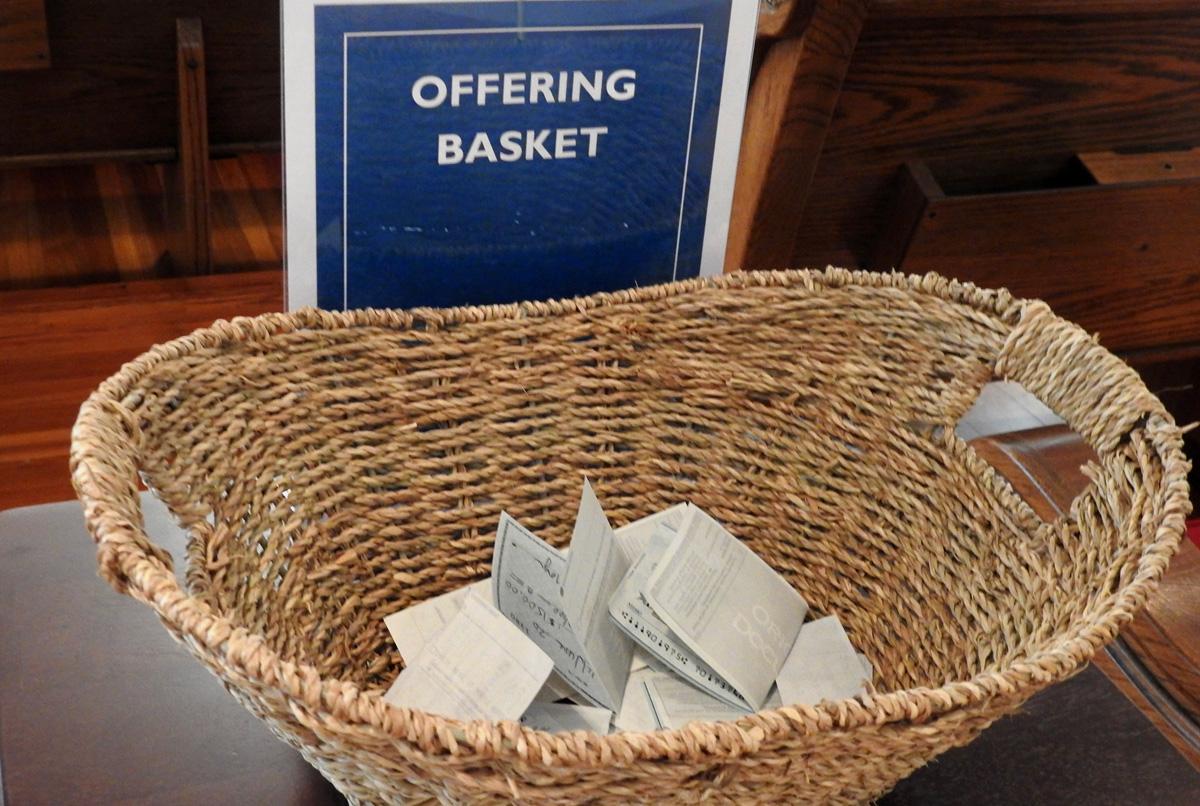 Vista de la cesta con las ofrendas en la Primera Iglesia Metodista Unida de Sulphur Springs, Texas, en 2020. Las tasas de recolección para los ministerios generales de la iglesia fueron más altas de lo que se temía, pero el COVID-19 todavía representa una gran incertidumbre para los/as líderes financieros/as de la iglesia. Foto de archivo de Sam Hodges, Noticias MU.