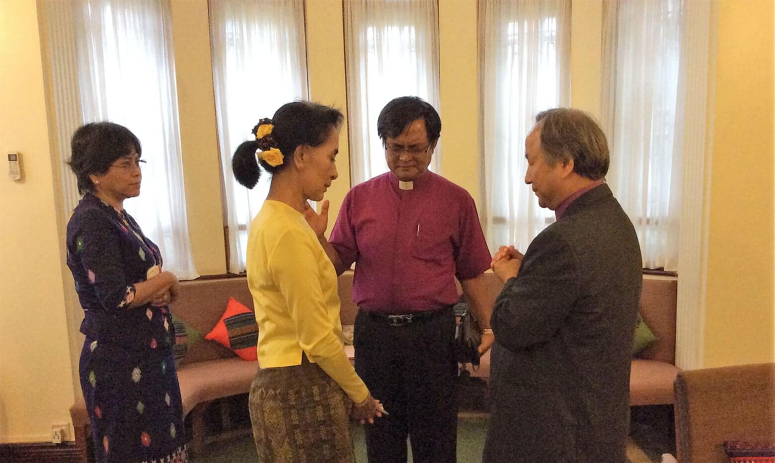 2014년 8월 10일, 미얀마 양곤에 소재한 아웅산 수 치 여사의 집무실에 미얀마 감리교회의 조탄 모야 감독과 정희수 감독이 방문하여 대화를 나눈 후 기도를 드리고 있다. 그 당시 아웅산 수 치 여사는 자택 연금 상태였다. 사진 제공, 정임현 목사, 다락방 아시아 담당 디렉터.