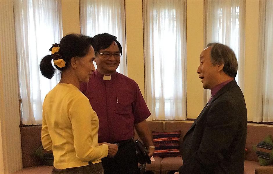 미얀마 감리교회의 조탄 모야 감독과 정희수 감독이 연금 상태에 있던 아웅산 수 치 여사를 방문하여 대화를 나누고 있다. 사진 제공, 정임현 목사, 다락방 아시아 담당 디렉터.